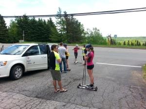 Anne-Marie Comeau, Cendrine Browne et Dasha Gaïazova échangent avec les entraîneurs après leur session de ski à roulettes.