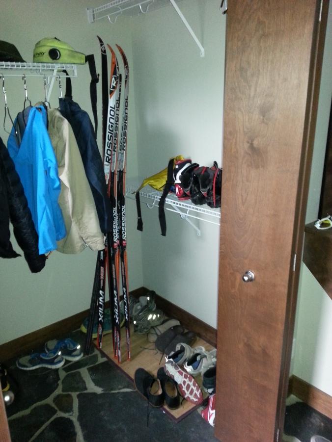 Dans la garde-robe, à l'entrée, des skis et autre matériel de ski de fond.