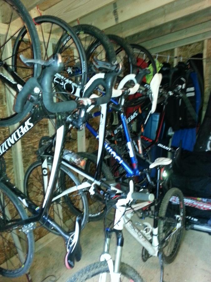 Dans la remise, des vélos de route et des vélos de montagne. Quand tu aimes souffrir...