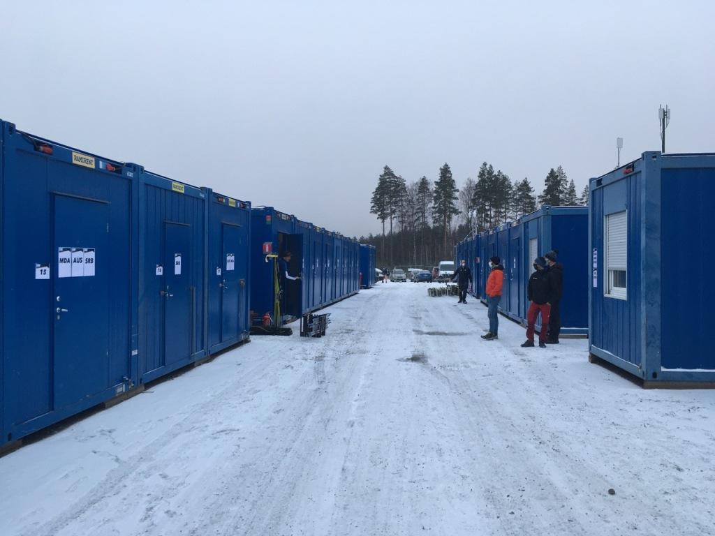 Le Canada transporte skis et équipement dans l'un de ces conteneurs qui sert ensuite de cabine de fartage. Les équipes plus riches possèdent de plus luxueux camions de fartage.